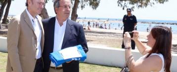 Altea recibe las banderas azules de las Playas de La Roda y Cap Blanch