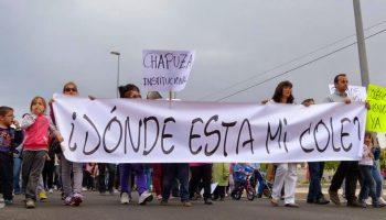 Las familias del CEIP La Almadraba de Playa San Juan salen a la calle para manifestarse contra los barracones