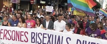 Milers de persones recorren el centre de València per a celebrar el Dia de l'Orgull Gai