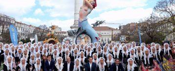 Los portugueses se echan a la calle para disfrutar del esplendor y la vistosidad de Les Fogueres de Sant Joan en las calles de Lisboa