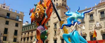 Alicante ya empieza a mostrar la belleza de los monumentos de Hogueras 2017. Esta noche quedarán todos plantados