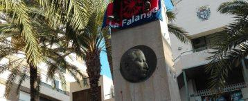 Un miembro de La Falange se sube al monolito homenaje a José Antonio en Crevillent para protestar por su retirada