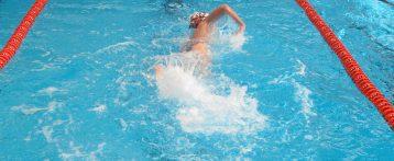 Más de 3.000 niños de la provincia de Alicante aprenden este verano a nadar con programas impulsados por la Diputación de Alicante