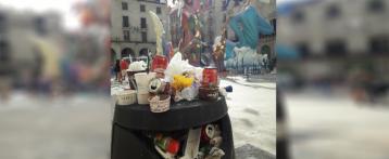 Alicante presenta una imagen sucia y descuidada en los días grandes de hogueras, con papeleras y contenedores desbordados