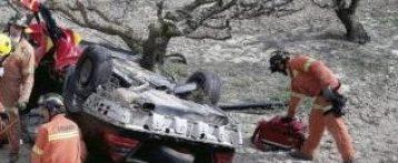 Dos niños pasan toda la noche junto a su padre muerto y a su madre herida en un accidente de coche