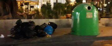 Alicante amanece llena de bolsas de basura y suciedad por la huelga parcial que secundan los trabajadores desde el sábado