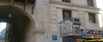 El viento provoca el desprendimiento de cascotes en la fachada del Ayuntamiento de Alicante y árboles caídos y aparecen contenedores incendiados durante la madrugada