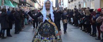 Cerca de 10.000 madrileños y turistas colapsan el centro de Madrid para disfrutar con el desfile de las fiestas tradicionales de la Costa Blanca