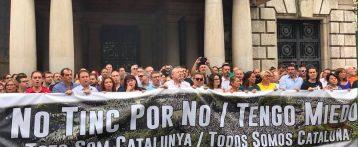 El fallo en la pancarta evidencia que a los políticos valencianos les importa muy poco el mensaje y mucho la foto