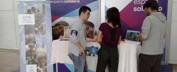 Voluntarios de ACNUR realizan una campaña de sensibilización y captación de fondos en el Aeropuerto de Alicante-Elche